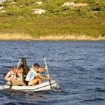 Croisière en Corse Août  On se sent invincible sur une annexe